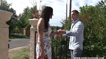 Русский любовник трахает жопастую шлюху в темных нейлоновых чулках