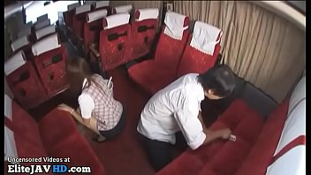 Две студенточки сидят на корточках и принимают заряд общего любовника в ротики
