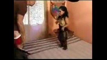 Молодая чикса решилась раздеться догола перед камерой и развлечься трахом