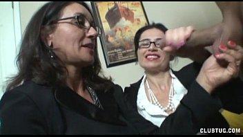 Две стройненькие лесбияночки развлекаются фистингом перед камерой